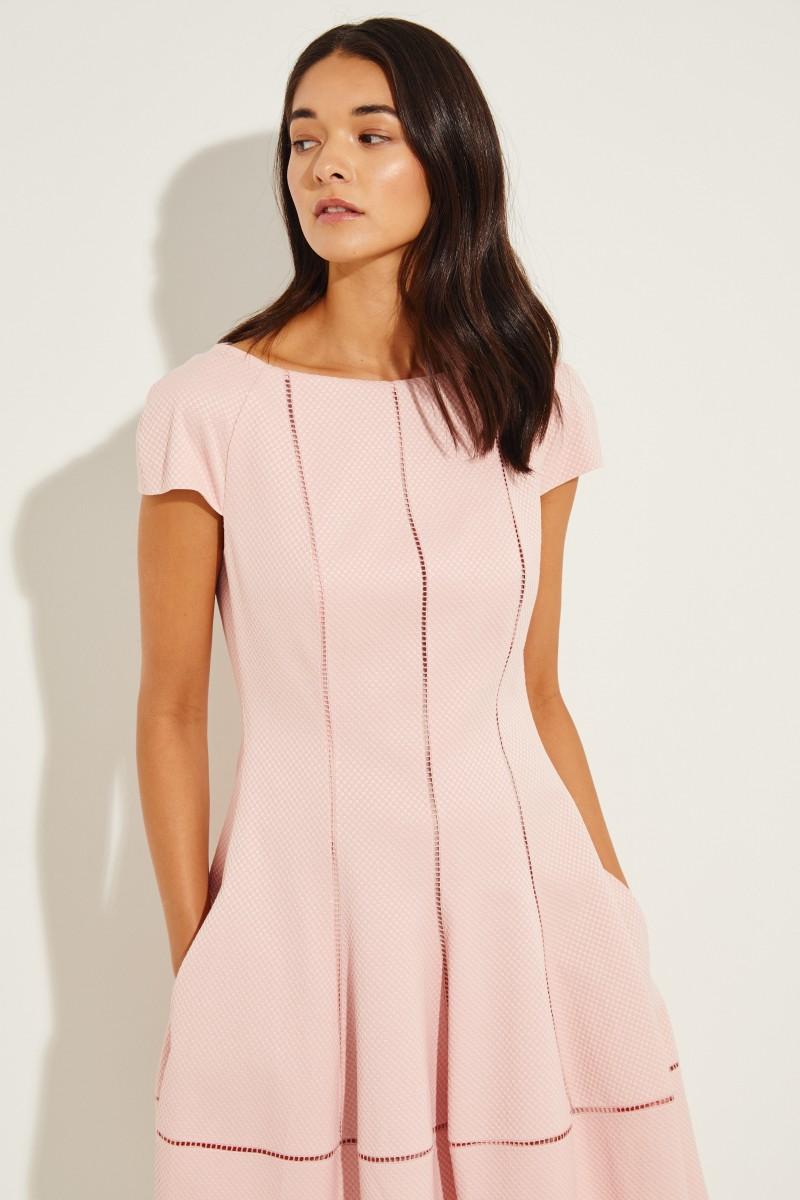 Kurzes Kleid mit Struktur Rosé