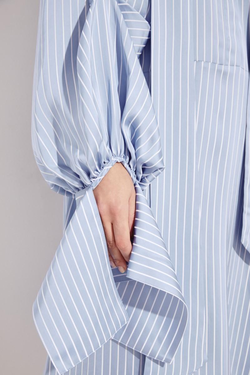 Gestreiftes Hemdblusenkleid mit Binde-Details Blau/Weiß