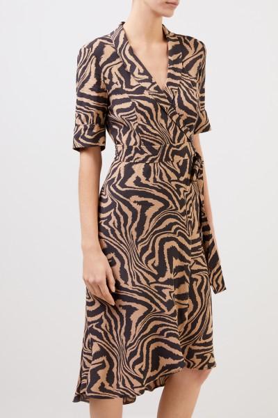 Ganni Wickelkleid mit Tigerprint Braun / Beige