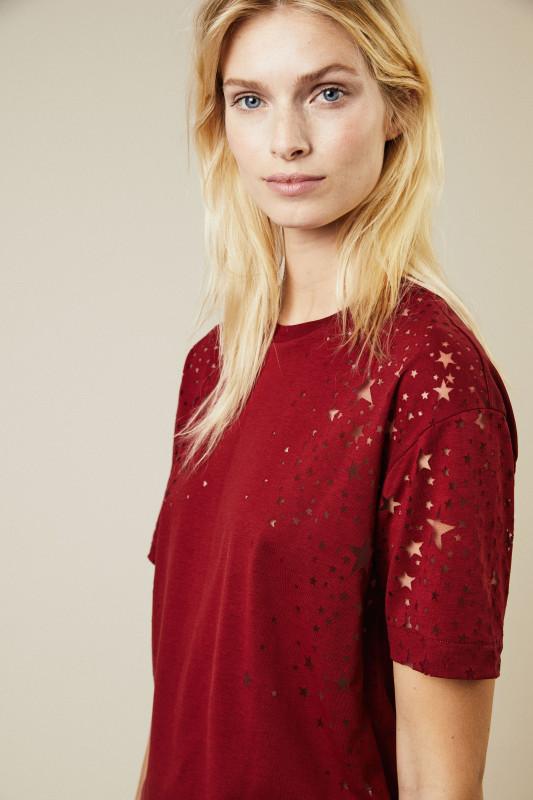 T-Shirt mit sternenförmigen Cut-Outs Rot