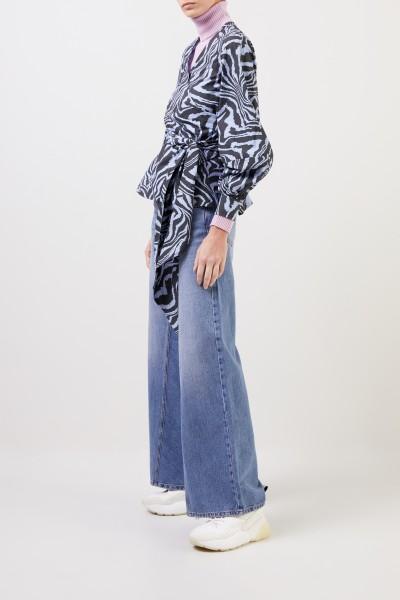 Ganni Wickelbluse mit Tigerprint Blau/Multi